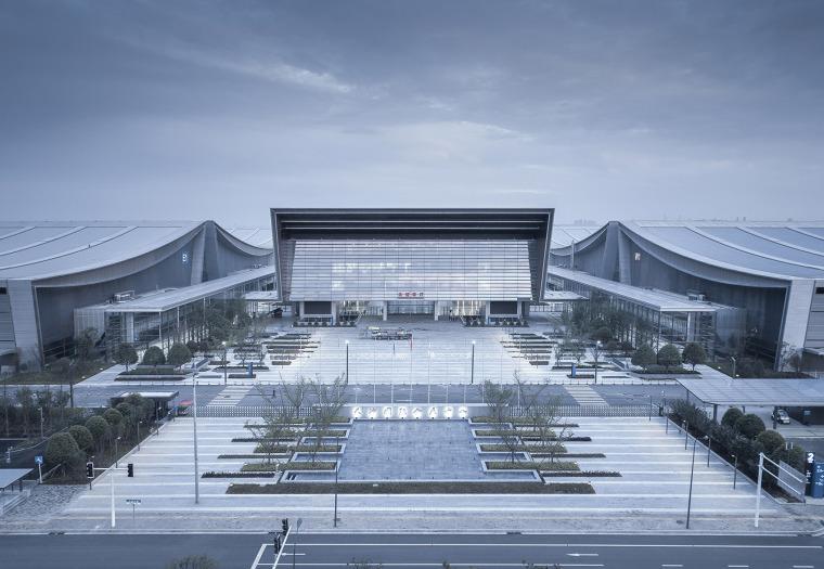后现代坡屋顶玻璃幕墙立面会展中心高清大图