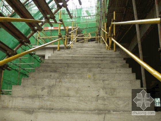 [重庆]建筑工程槽钢悬挑外脚手架搭设施工工艺(附图丰富)-楼梯防护