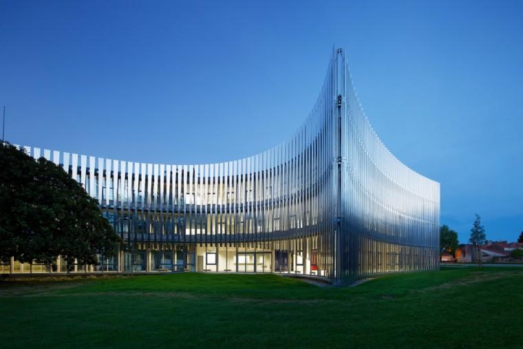 法国那栋与树共生的银色办公楼_7