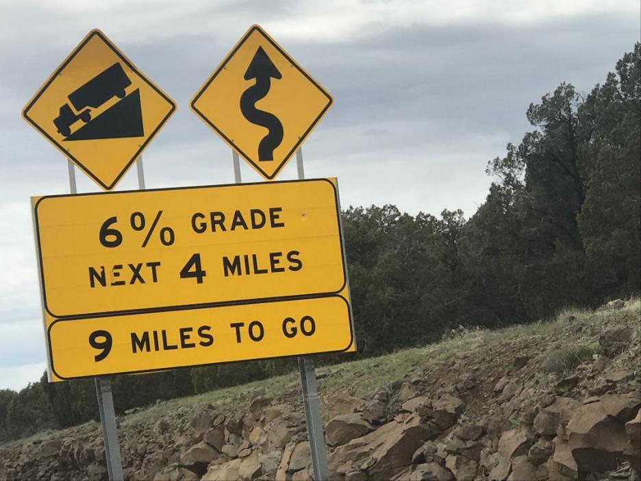 该路段为典型山区高速公路,主体采用分离式双向四车道断面,在谷歌地图图片