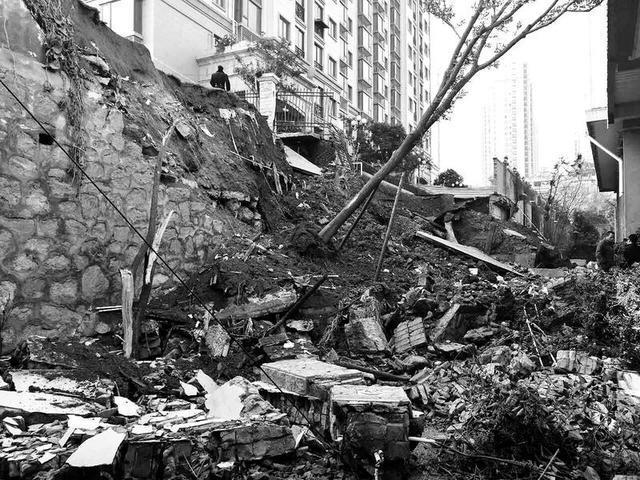 西安一小区路面发生塌陷住户汽车掉入坑中