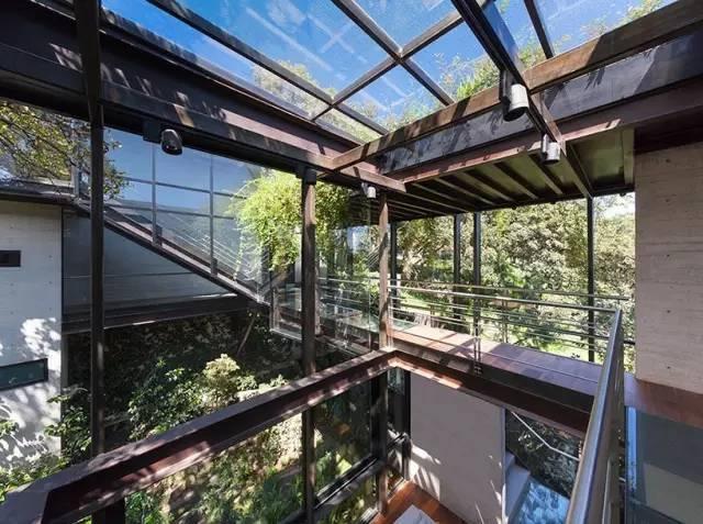 墨西哥城玻璃连廊相连住宅