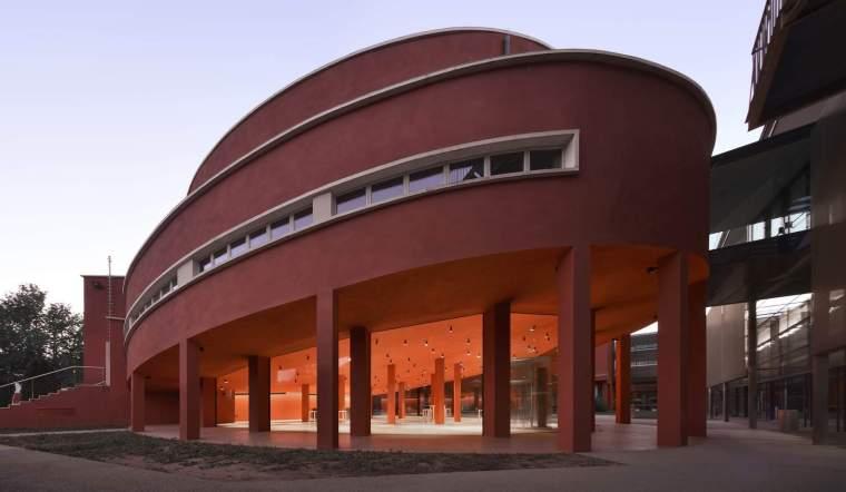 意大利旧建筑改造的红色礼堂