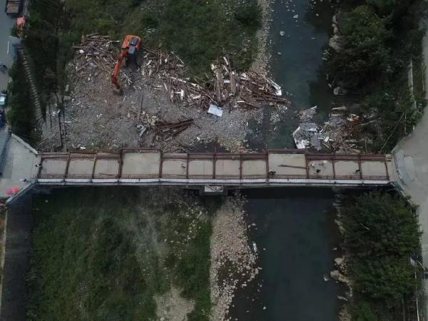 不是个例!新建2年廊桥倒塌致8死3伤!公共建筑质量问题存疑