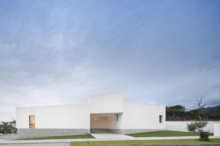 蓝天白云之下的重叠体块,创造出运动感与新空间