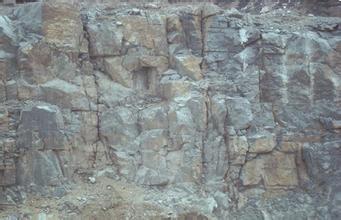 旋挖钻机在岩质较硬的石灰岩地层钻孔桩施工工法