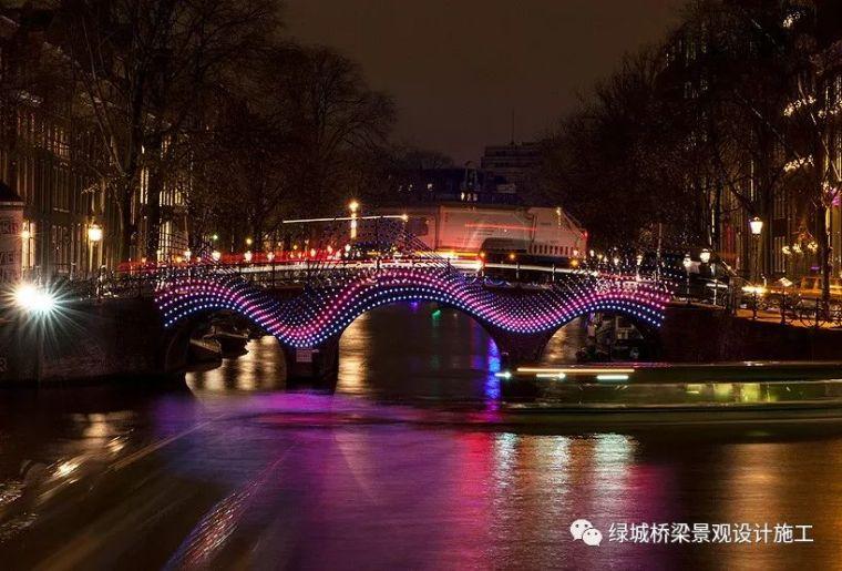 """波浪起伏的""""光桥""""点亮阿姆斯特丹的运河"""