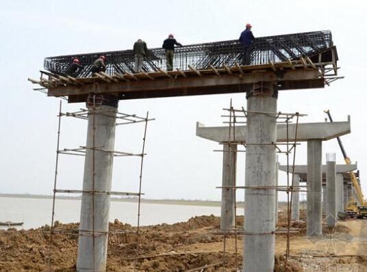 在盖梁施工中,如何准确安装支座下的预埋钢板?