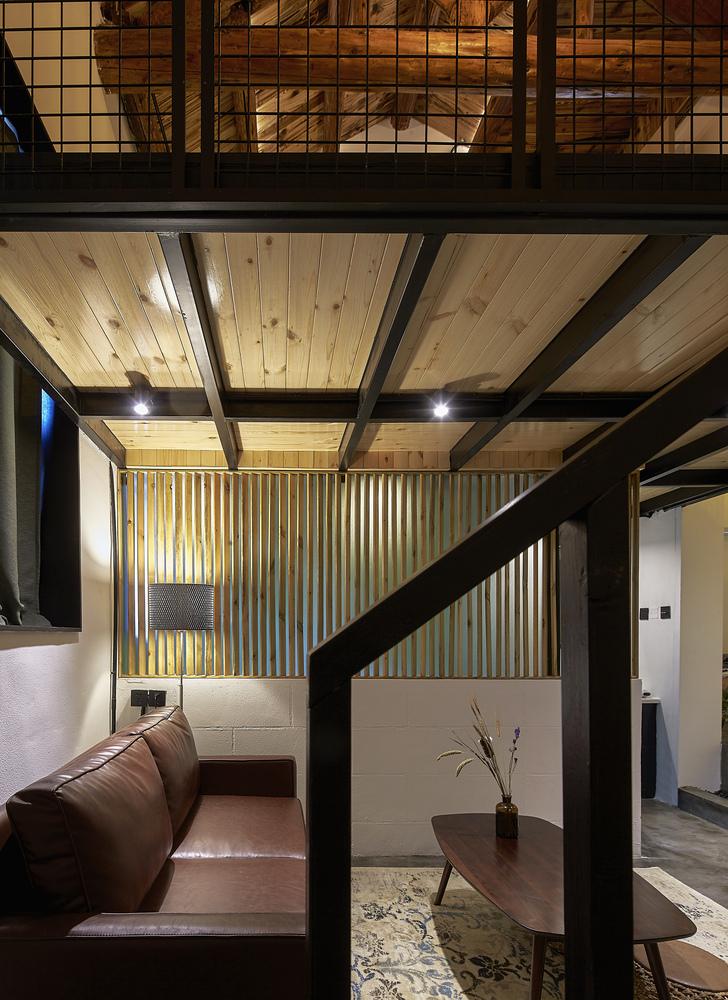 北京北海百年糖房改造-135-白糖客房楼梯遥看卫生间