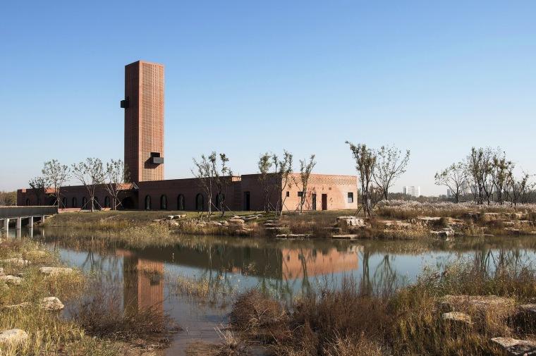 湿地中的红砖塔 / 空格建筑