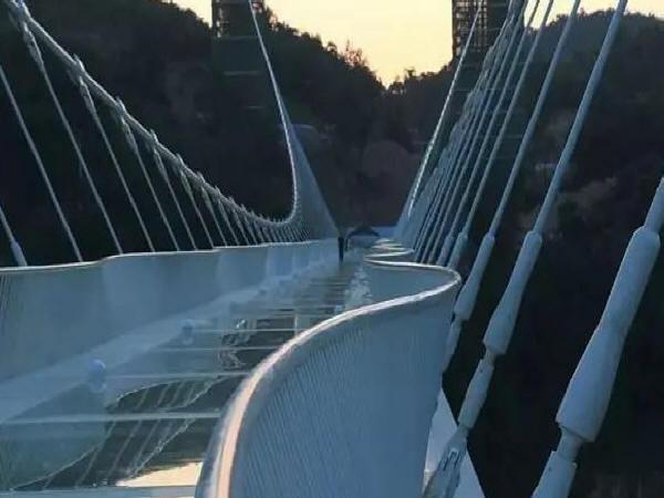 量身打造 桥景合一——组合功能异形玻璃桥面悬索桥建设新思路