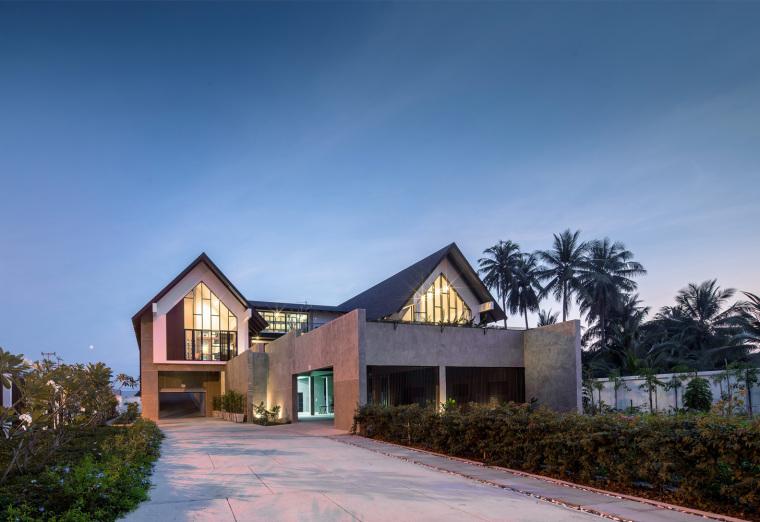 泰国现代田园式住宅外部夜景实景图 (16)