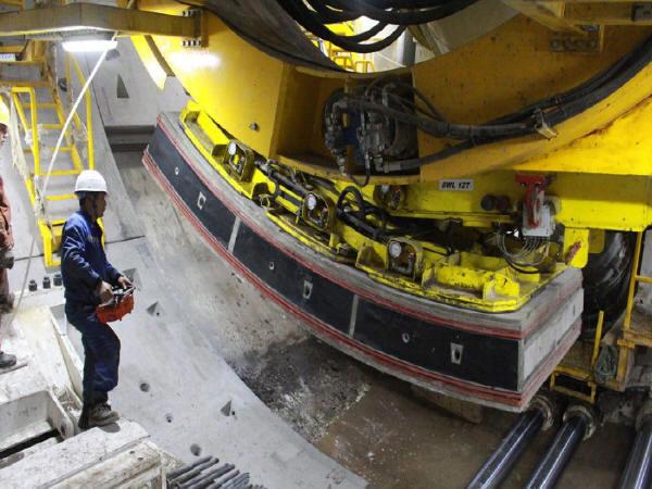 盾构掘进与轨下结构同步施工.jpg