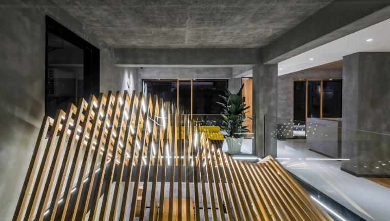 地下层餐厅上方木构造型