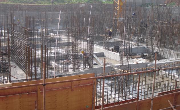 大型混凝土墙体胶合板模板免钻孔支拆施工工法