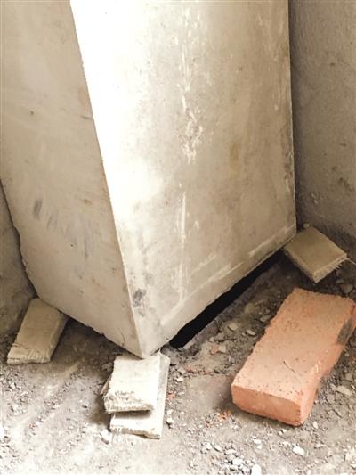 新建小区房屋墙体裂缝多,窗户用胶水粘_2