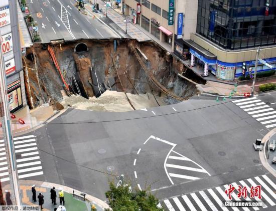 日本福冈道路塌陷30米陷坑政府调查地铁工程