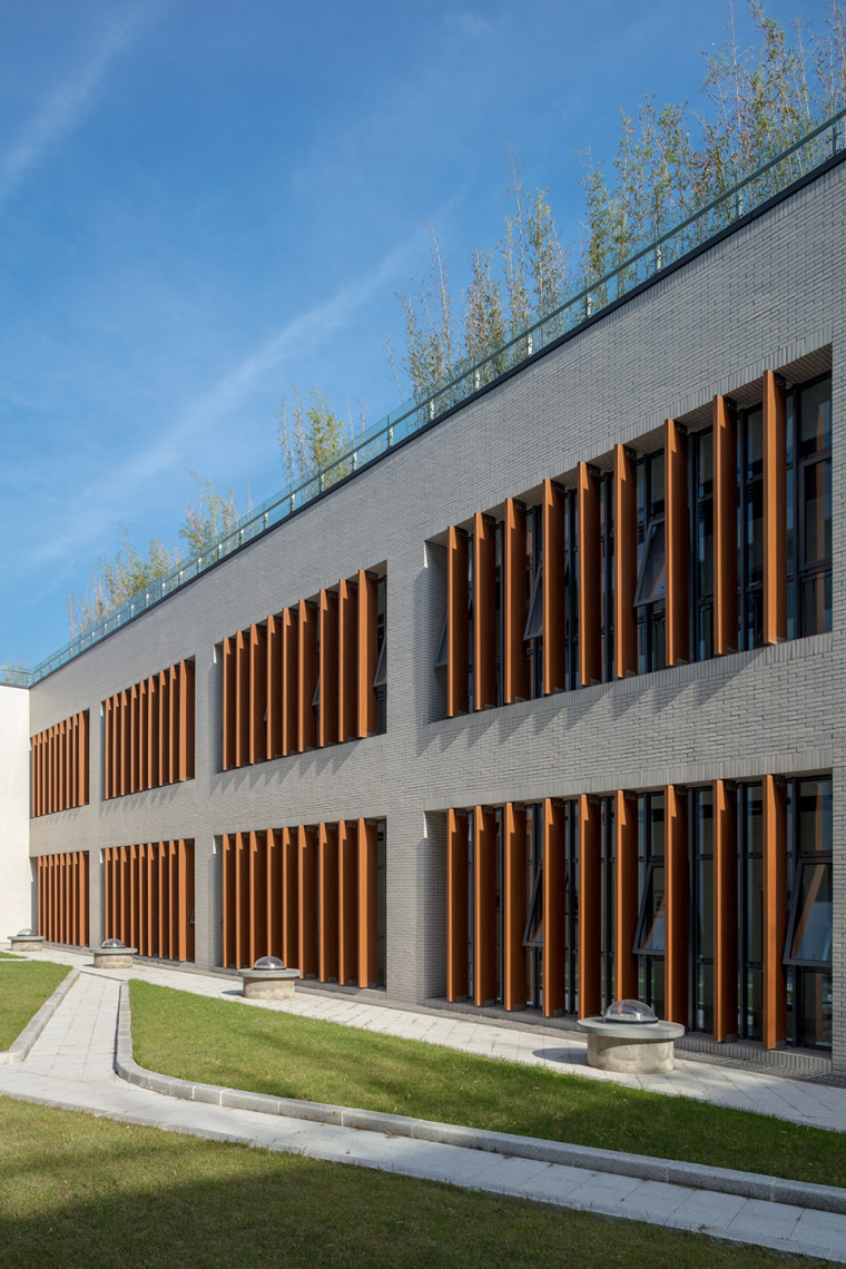 025-on-the-water-side-medical-college-building-of-jiangnan-university-china-by-tjad