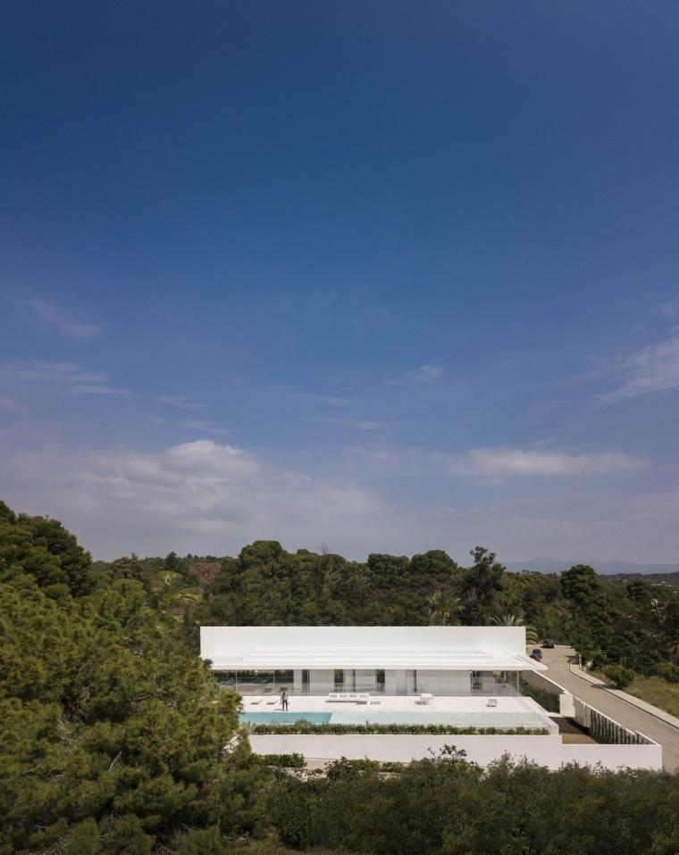 """在巨大的""""T""""形屋顶上远眺海面:霍夫曼之家"""