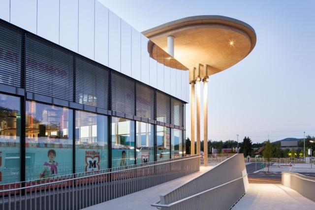 万漪景观分享--Nord Graz 购物中心-原先主楼封闭的结构已经被巨大的第7张图片