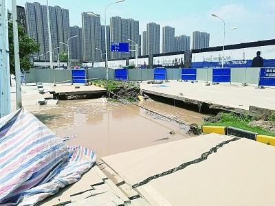 武汉一路段前晚突发塌陷 造成5米篮球场大小深坑