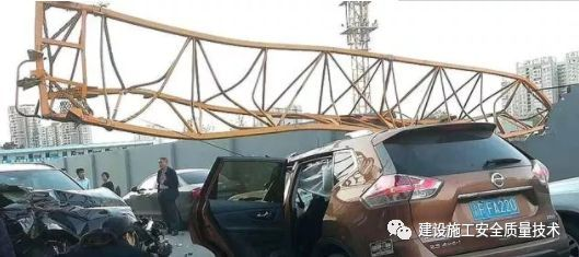成都温江一工地发生塔吊倒塌事故,造成9人受伤_1