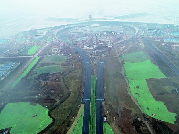 青岛新机场施工进展:航站区进出通道完成沥青罩面施工