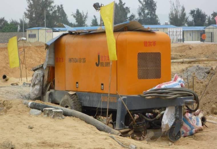 泵机安放于施工便道旁边