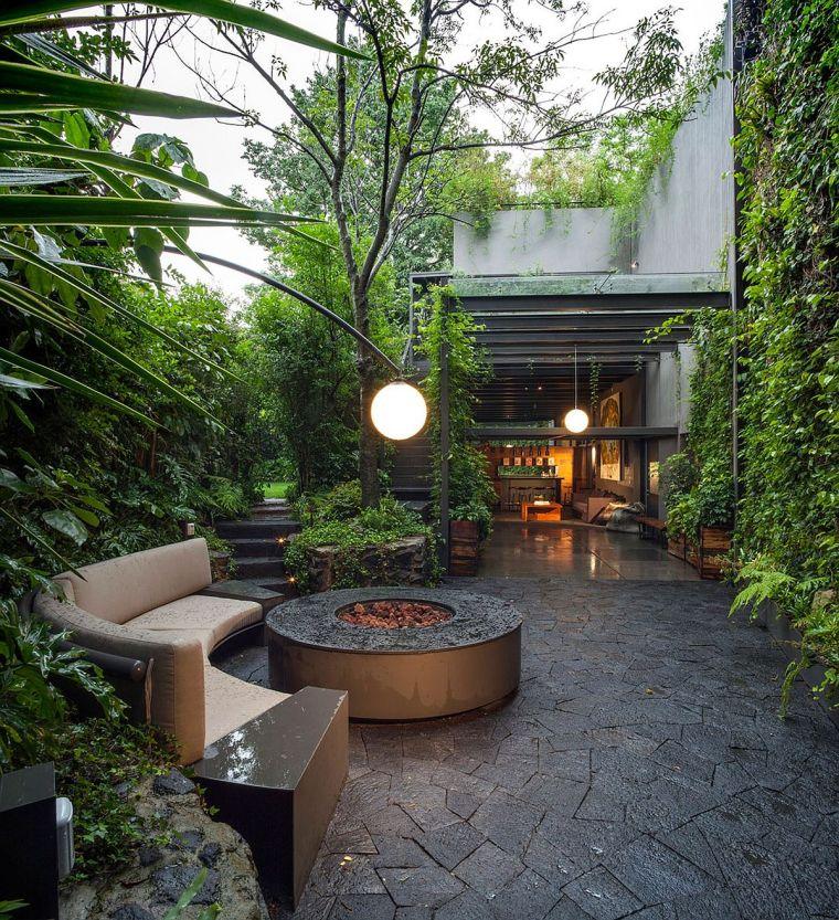 精心布置的绿植形成令人惊叹的庭院