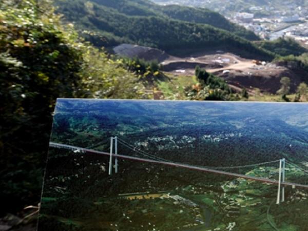 """贵州开建世界最长最高三跨连续钢桁梁悬索桥""""大河特大桥"""""""