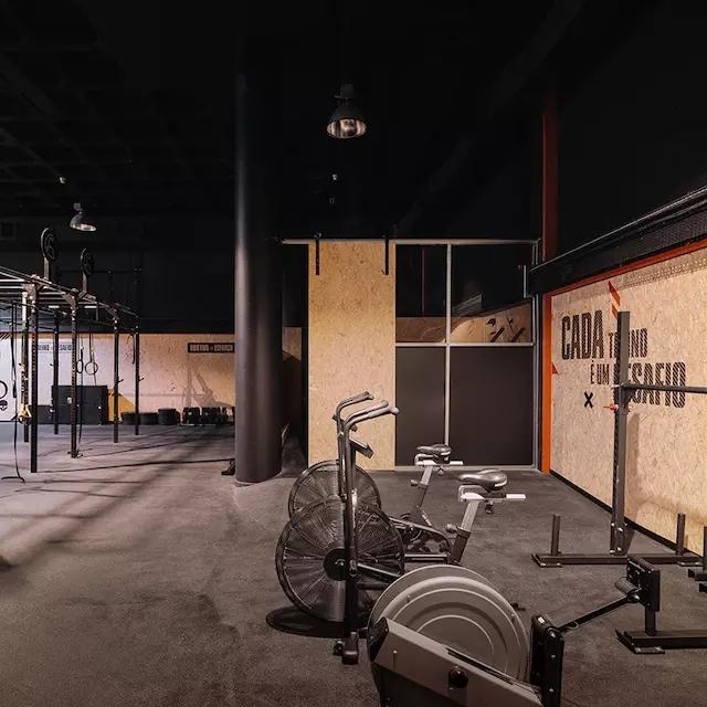 地下车库如何被改造成了风格硬朗的健身房