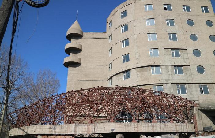农村豪宅建了20年后停工,酷似鸟巢