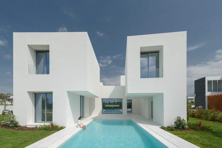 葡萄牙白墙之间的住宅
