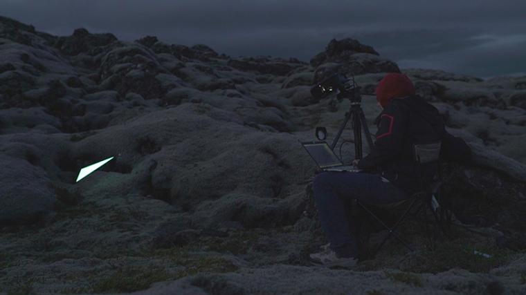 山谷和森林间的光束装置-lucid-film-3hund-desingboom-10
