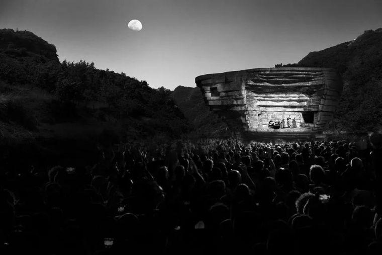 """犹如一块巨石降落而成的""""山谷音乐厅"""""""