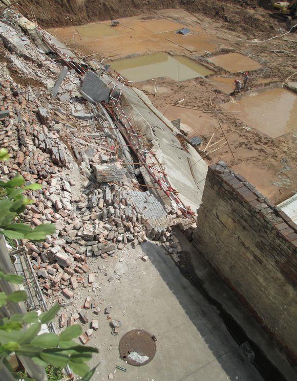 地基渗水致塌陷,村委会没赔居民仍住危房
