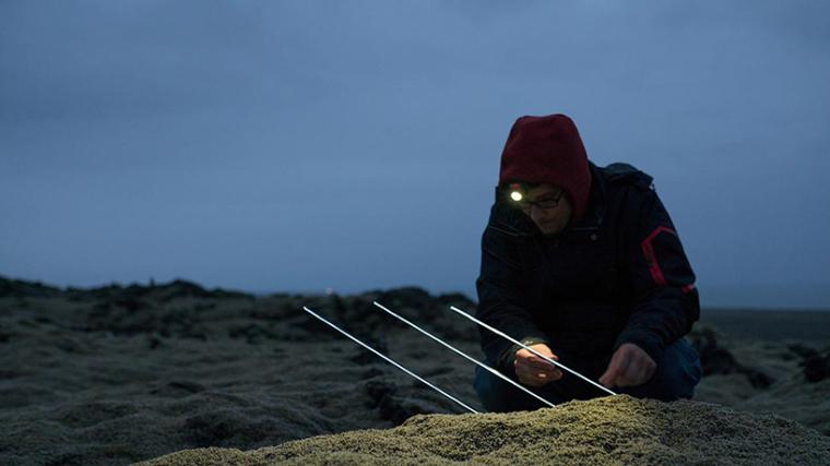 山谷和森林间的光束装置-lucid-film-3hund-desingboom-11