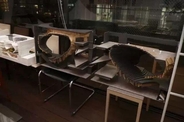 桌子越乱越有建筑大师的潜质?来看看真正的大师办公桌_23