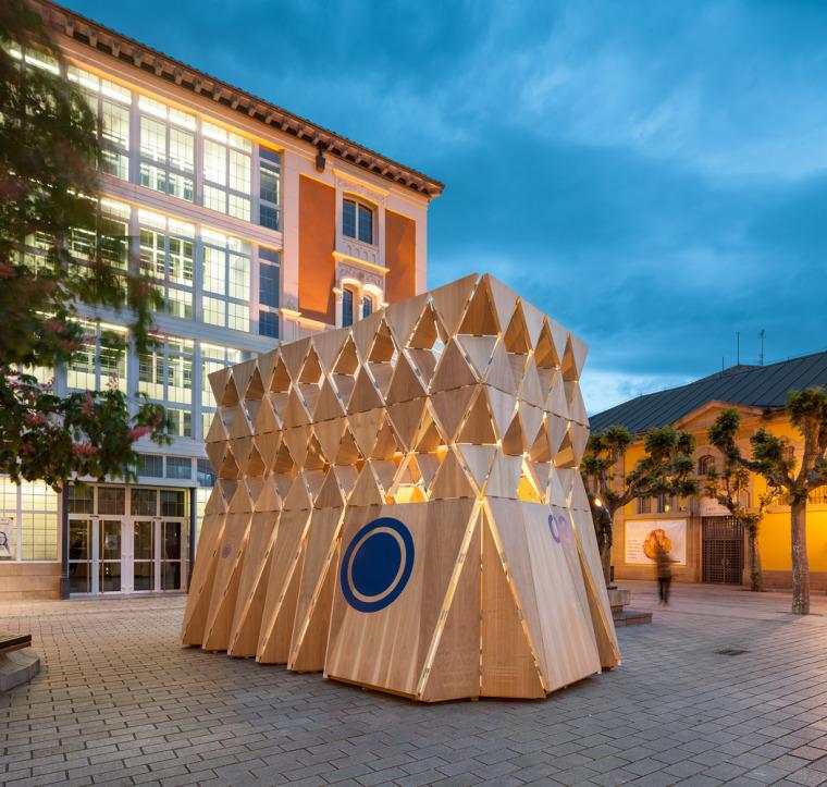 木板像纸一样折叠的临时展馆