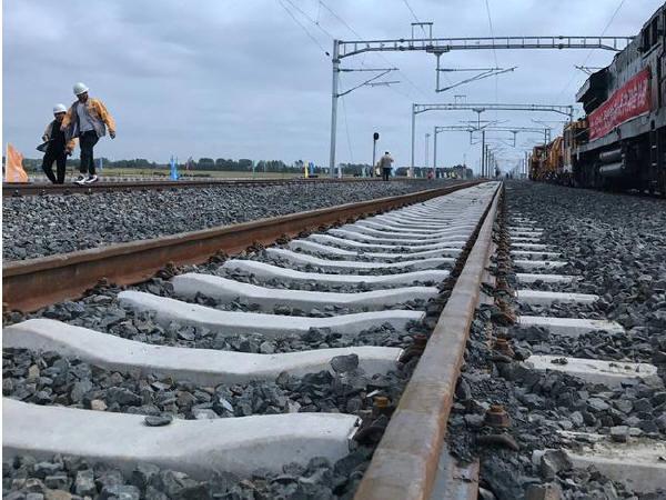我国最长高寒地区快速铁路铺轨全线贯通