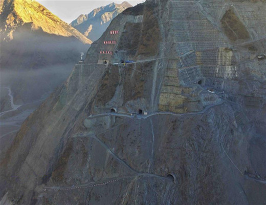 探访海拔3000米的四川两河口水电站施工现场,施工难度首屈一指!-图为两河口水电站左岸坝肩及洞式溢洪道出口全貌.jpg