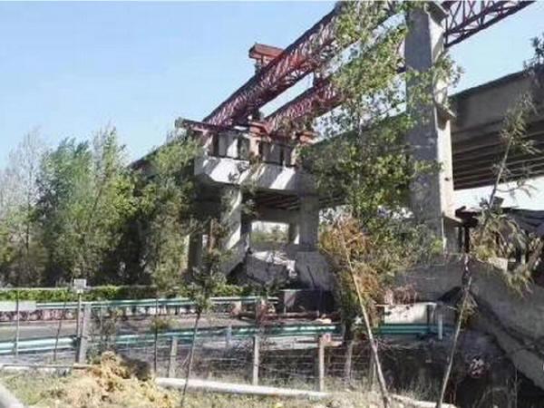 贵州上跨沪昆高速在建大桥垮塌,致交通堵塞