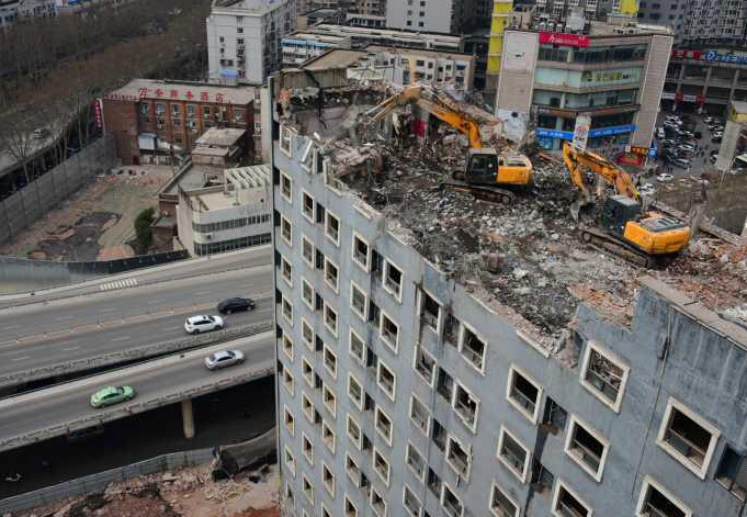 """郑州两台挖掘机""""爬""""上楼顶赶工期"""