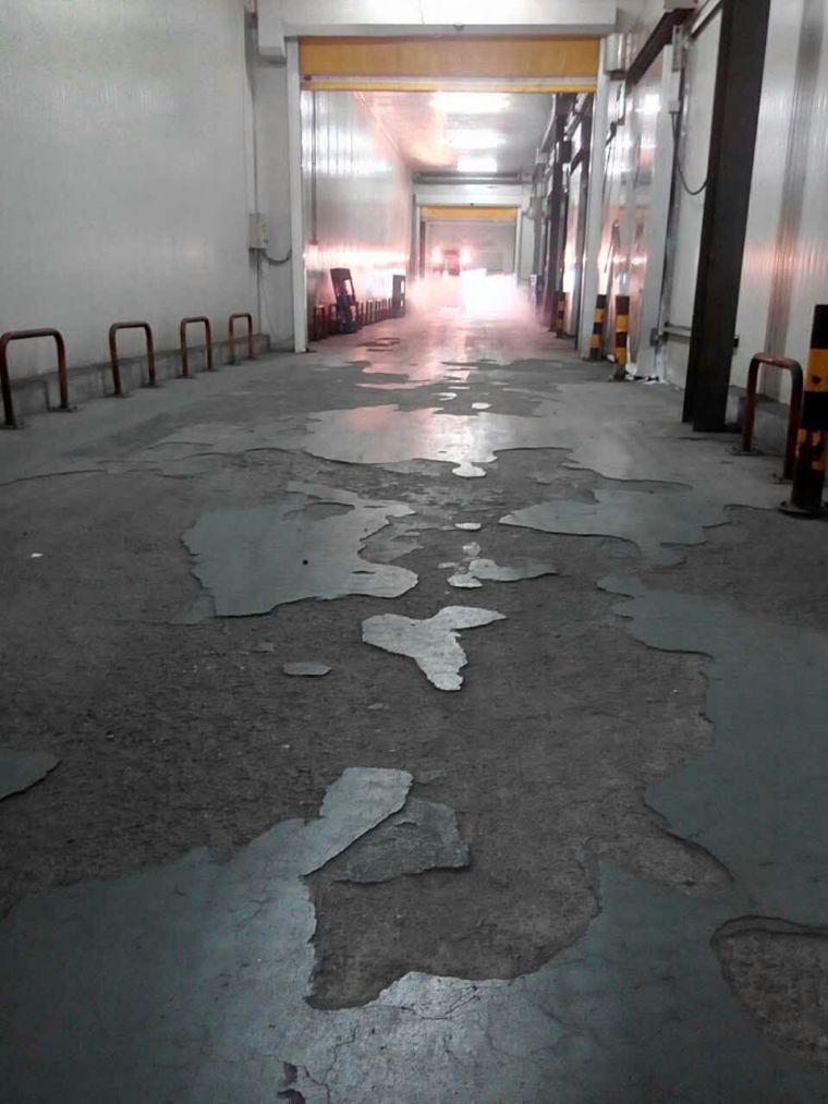 金刚砂耐磨地坪做在冷库里为什么容易空鼓开裂分层?