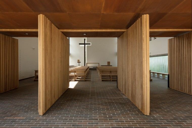 白色的圣塞西莉亚社区教堂-13