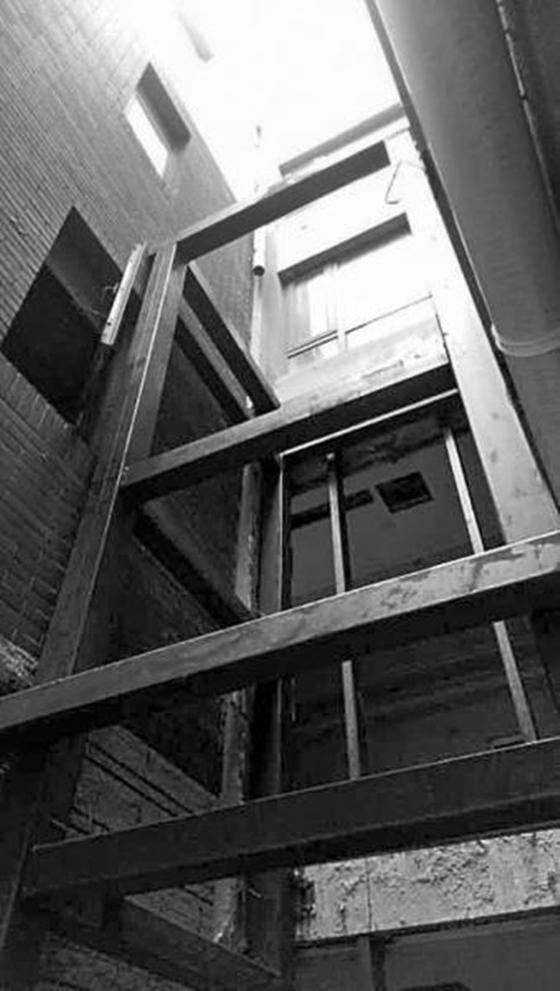 郑州一小区住户楼外私装电梯,规划部门责令拆除