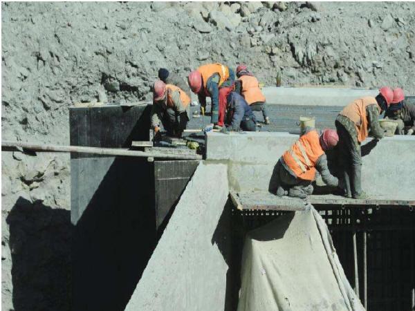 浅谈改扩建高速公路新旧路面拼接施工技术