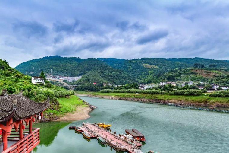 """中国唯一挂在瀑布上的古镇,美景不输周庄,被誉""""小江南"""""""