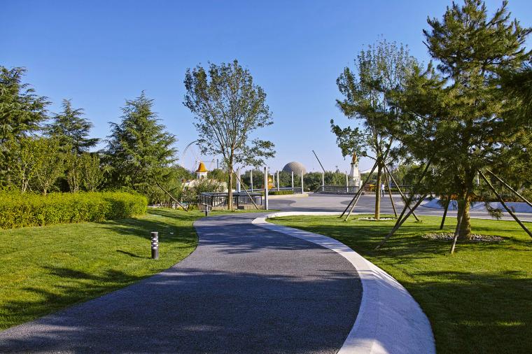 北京石景山游乐园南广场绿地