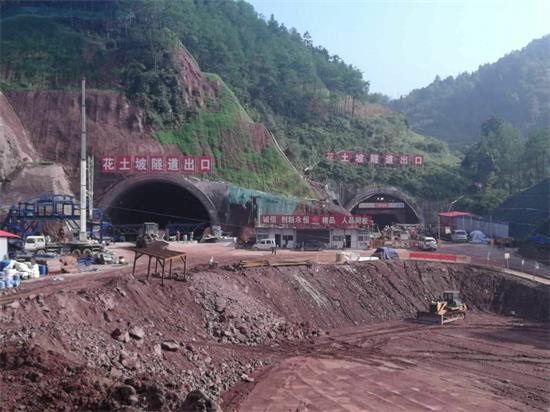 花土坡隧道首模二衬浇筑为施工装上双保险